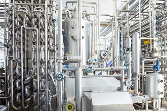 Skystų ir vidutiniškai skystų produktų pakavimą į aseptinę tarą